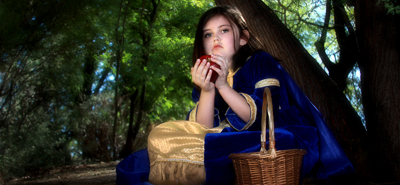 Young snow white with apple.